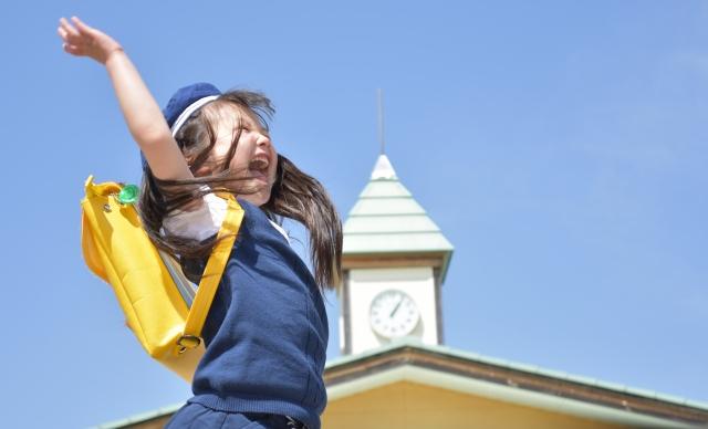 幼稚園でジャンプする女の子