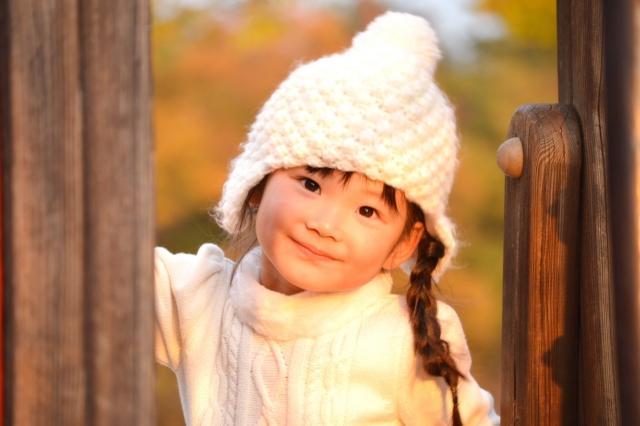 セーターを着る女の子
